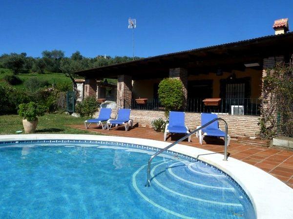 Een vakantievilla voor vijf personen op een unieke locatie tussen de groene heuvels in Andalusië. Het huis ademt een authentieke sfeer, maar heeft alle gemakken van deze tijd. Er is een gezellig overdekt terras, een buitenkeuken met barbecue en een mooi zwembad. Je kunt hier tijdens de zomermaanden dus de hele dag lekker buiten leven! Naast de ruime woonkamer en open keuken zijn er twee slaapkamers en een badkamer met douche. Het is een geweldige uitvalsbasis om Andalusië te verkennen.