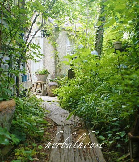 曇った日の枕木の小径 小さな幸せ 庭 庭園の小道 庭 ガーデニング
