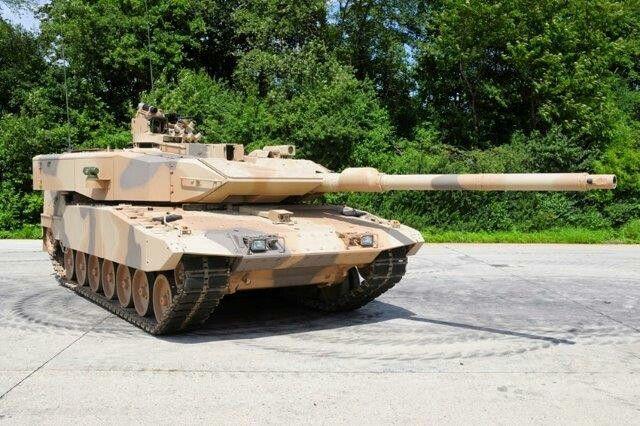 Dal punti di vista dell'armamento, il Leopard 2A7 è munito di un cannone a canna liscia Rheinmetall 120 mm L/55 in grado di sparare l'ultima generazione di proiettili Armour Piercing Fin Stabilised Discarding Sabot – Tracer (APFSDS-T) DM63 e i proiettili programmabili altamente esplosivi Rheinmetall DM12