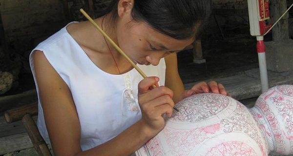 """Jingdezhen: la capitale storica della porcellana - Turismo in Cina Jingdezhen è considerata da oltre un millennio la """"Capitale della Porcellana cinese"""" e a tutt'oggi l'industria della ceramica dà lavoro a quasi la metà della popolazione. Le fabbriche di ceramiche so #cina #porcellana #viaggi #ceramica"""
