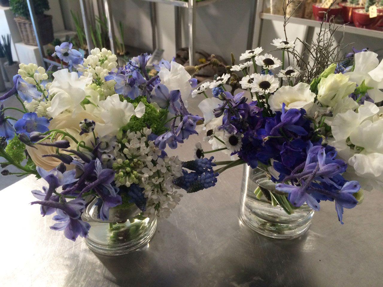 Tischdekoration blumenstrauss in blau wei for Tischdekoration hochzeit blumen