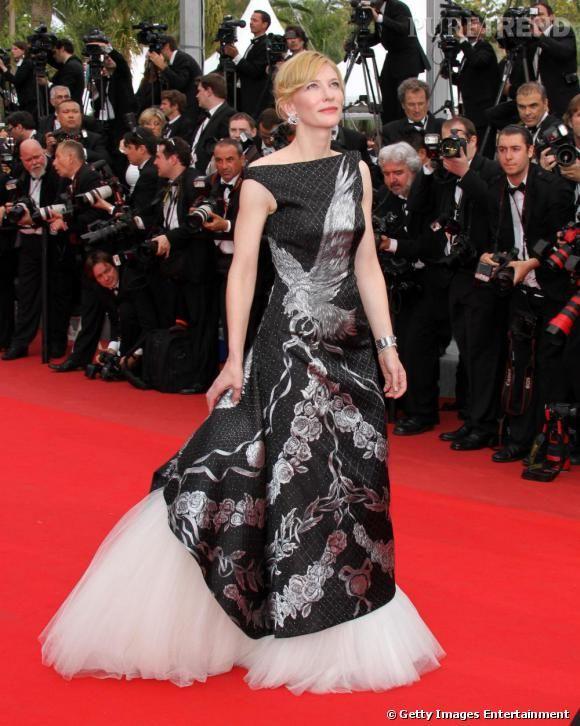 Lors de la cérémonie d'ouverture du 63e festival de Cannes, Cate Blanchett a rendu hommage au génie MacQueen en portant une robe Alexander Mac Queen printemps été 2010. Une robe tulle et soie complétée d'une parure Van Cleef & Arpels.