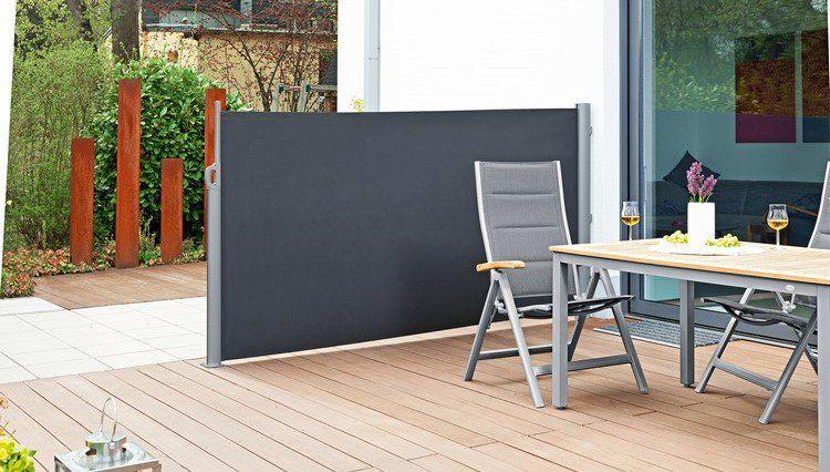 brise-vue rétractable en alu teinté et toile noire, sol en bois ...