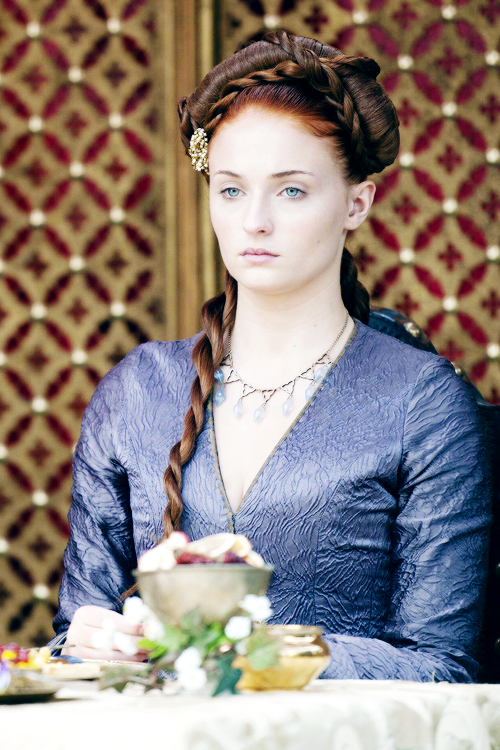 Sansa Stark At The Purple Wedding Although In The Book She Is Wearing A Poisoned Jewelled Hair Net Not Game Of Thrones Sansa Stark Game Of Thrones Costumes