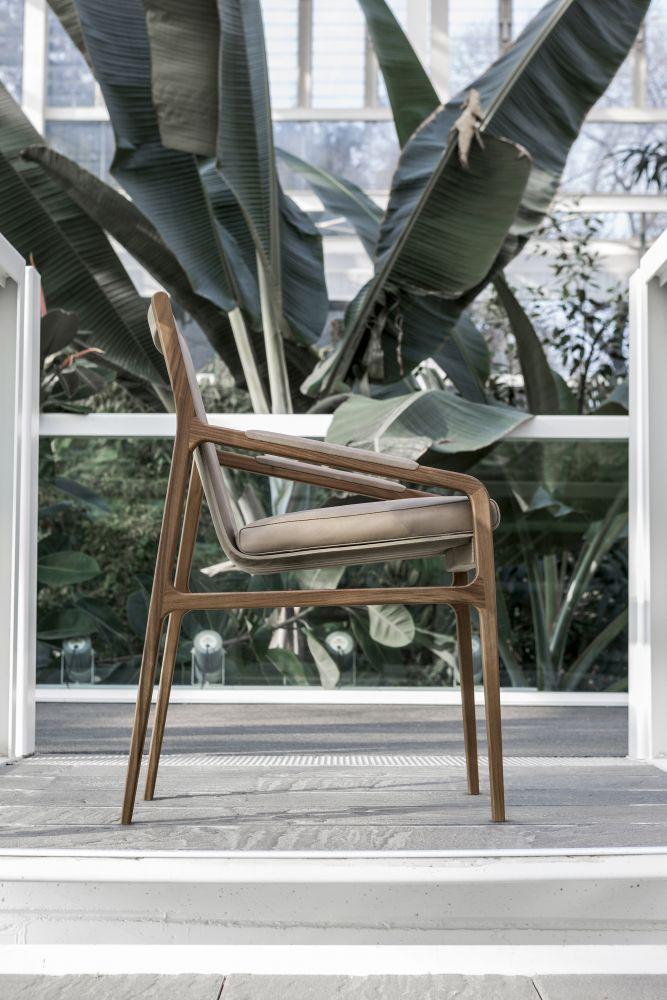Ester chair designed by Giuseppe Bavuso for Alivar. #Alivar #Chairs #DesignFurniture #DesignChairs #Sedie #SedieDesign #LuxuryLiving #LuxuryFurniture #DesingLiving #HomeBeautiful #Elegance #DecorIdeas #HomeDecor #HomeDesign #ArredamentoInterni #IdeeArredamento #LivingRoomIdeas #LivingRoomFurniture #ArredamentoZonaLiving #IdeeZonaLiving