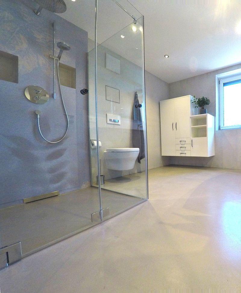 Eine Großartige Fugenlose Badgestaltung Mit Tapete An Den Duschwänden.