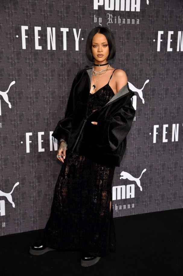 """Rihanna quase que atira o """"telemóvel"""" ao chão após ver a foto de J.Lo e Drake https://angorussia.com/entretenimento/famosos-celebridades/rihanna-quase-que-atira-o-telemovel-ao-chao-apos-ver-a-foto-de-j-lo-e-drake/"""