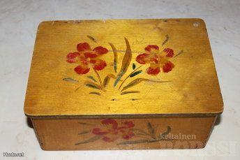 Vanha puinen rasia. Vaneria tms. noin A5 paperin kokoinen pohjaltaan. Täysin ehjä. Tuotteen kunto: Tyydyttävä.