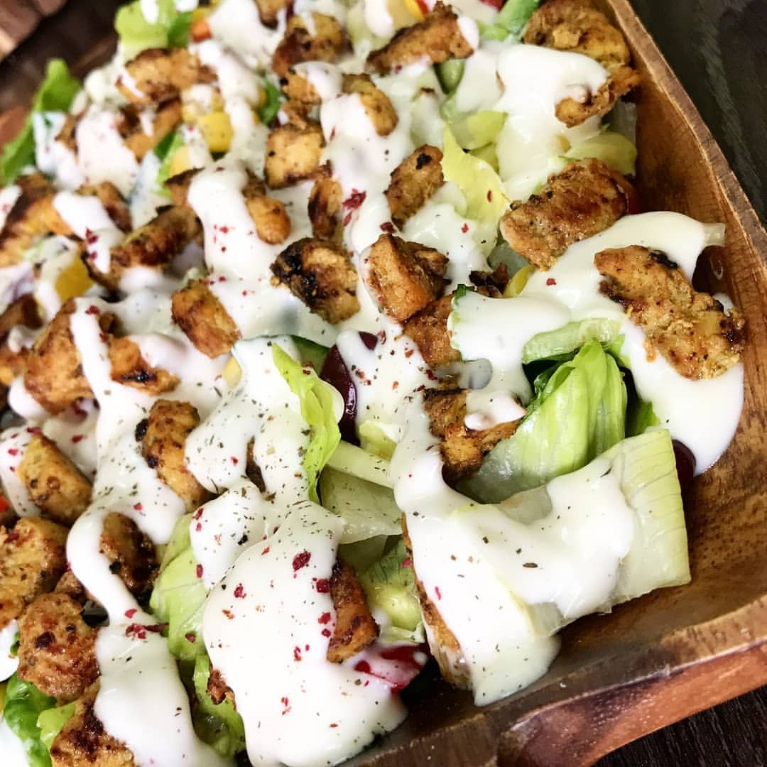 سلطة الدجاج تقطعون خس خيار فلفل بارد حمص ذره فاصوليا حمرا ممكن تضيفون او تزيدون اي شي تحبونه فيها تتبلون دجاج من قبل مق Recipes Cobb Salad Salads