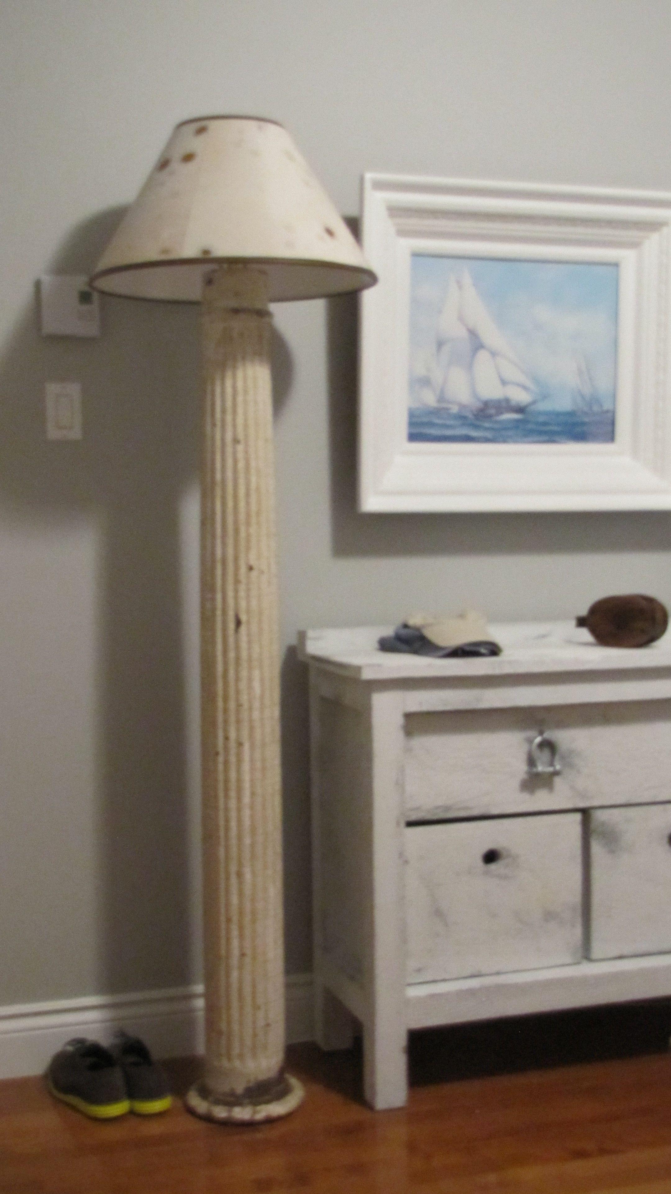 Lampe signée Pierre Dion. Réalisée a partir d'une vieille colonne récupérée dans le Maine.