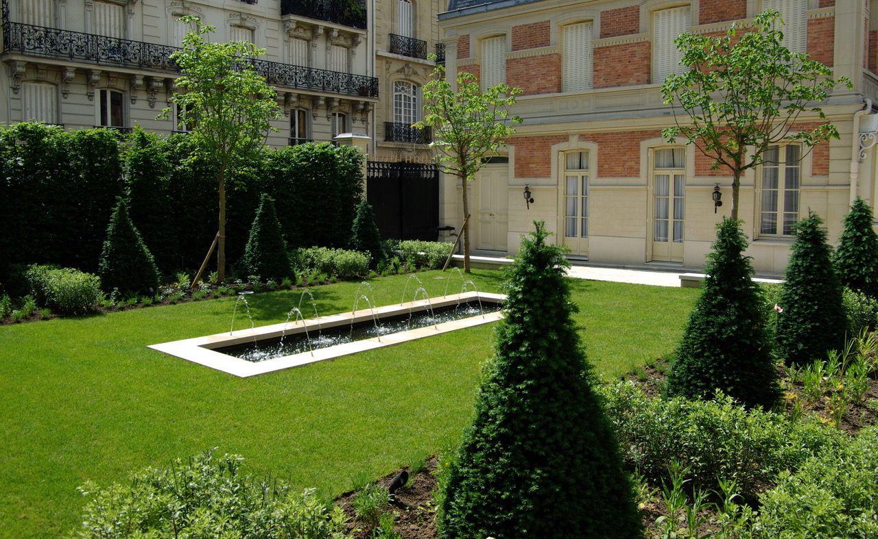 Jardin prestige avec ifs taillés en cônes. Bassin avec jet d\'eau sur ...