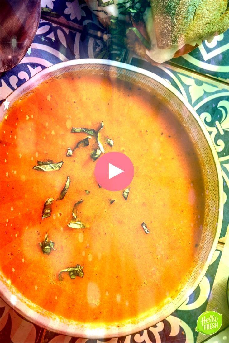 en warm broodje met buffelmozzarella Recept voor gezonde tomatensoep met mozzarella  zelfgemaakt  verse soep  gezond  dieet  afvallen  fit  veel groenten  koolhydraatarm...