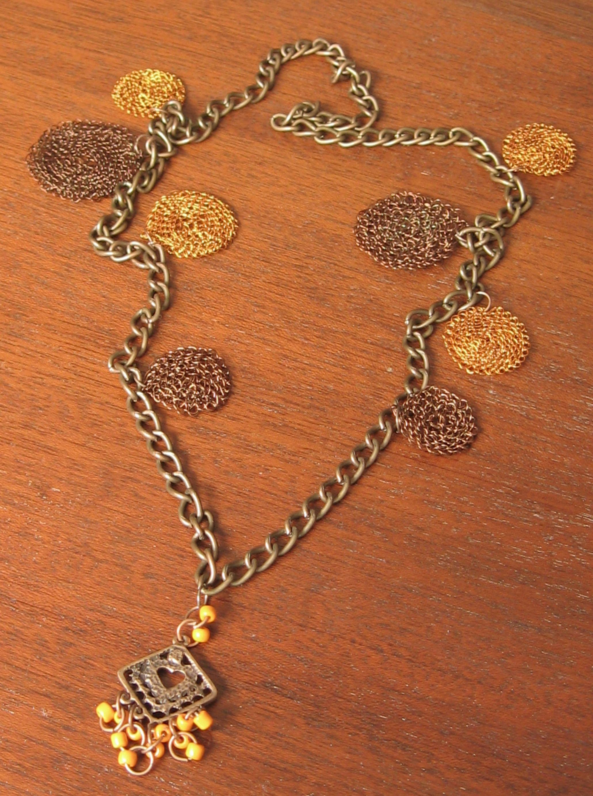 cd2fa03344c1 Collar con accesorios tejidos y otros. Encuentra este Pin y muchos más en Joyeria  Artesanal en hilo de cobre
