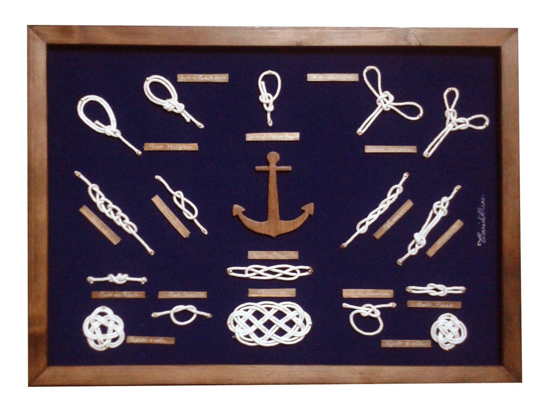 Quadro nodi marinari, con cornice color noce realizzata a mano, fondo in vellutino blu, nodi in corda bianca e àncora centrale realizzata a mano.35x50