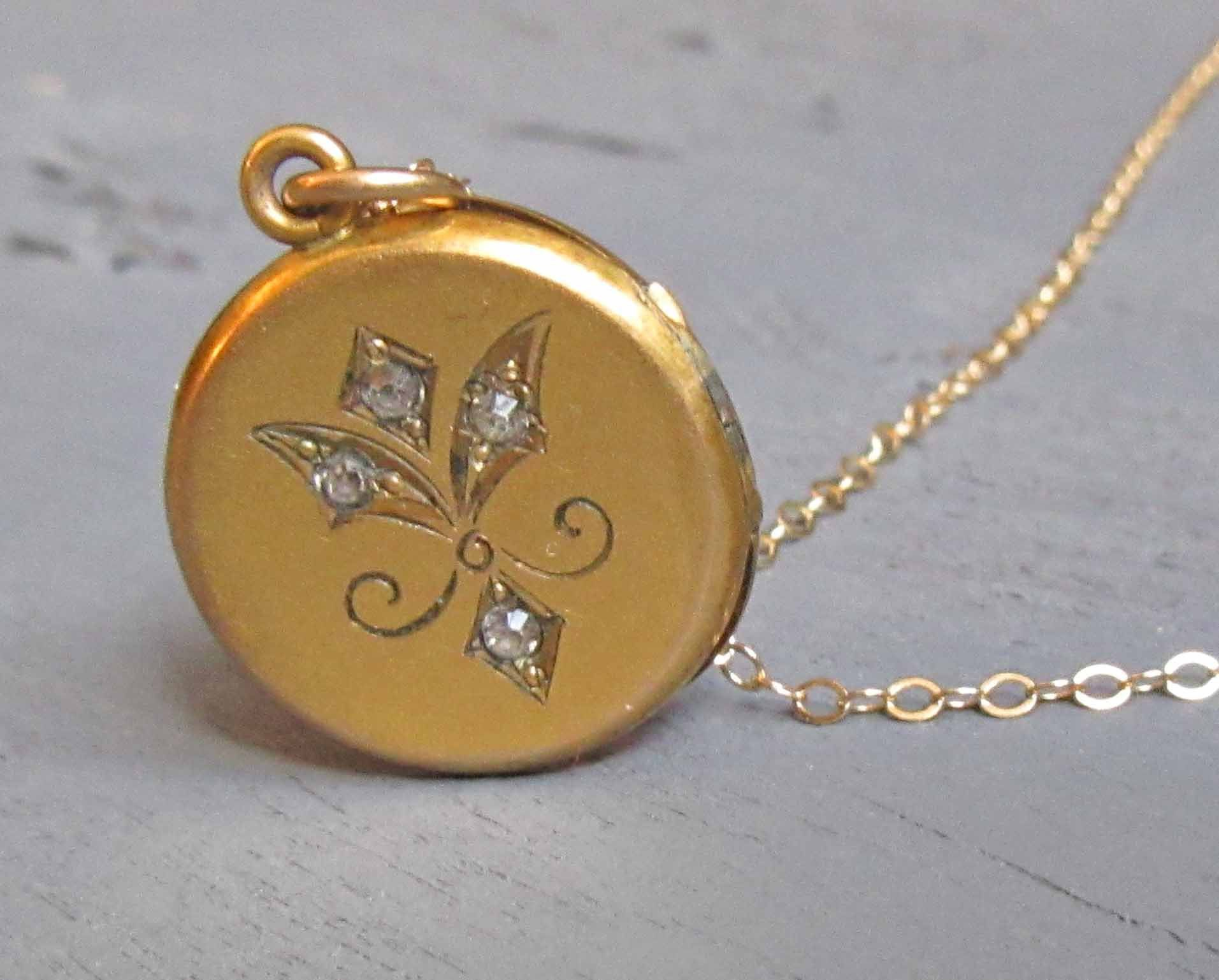 882c64d602b Small Antique Locket Necklace with 16