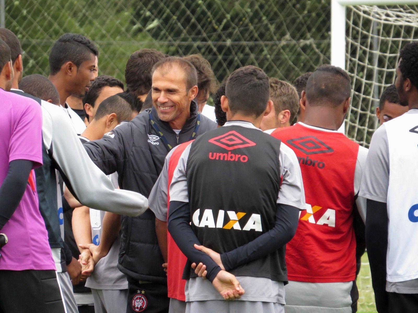 Milton Mendes protege o time com elogios e forma família no Atlético-PR #globoesporte