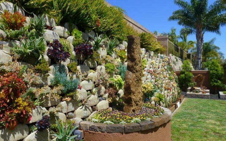 mauer vertikaler garten deko aus sukkulenten bunte pflanzen, Garten seite