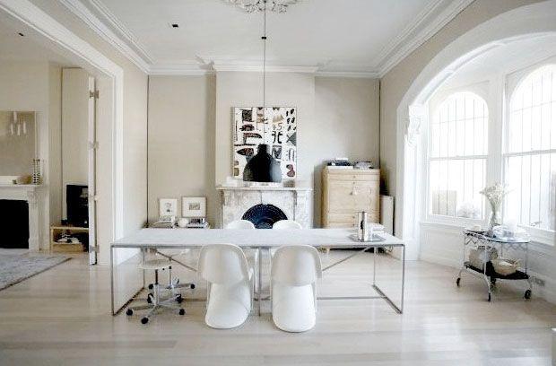 Büro einrichtungsideen modern  Weißer Wingchair, schwarze Lampe, riesige Fenster. So schön edel ...