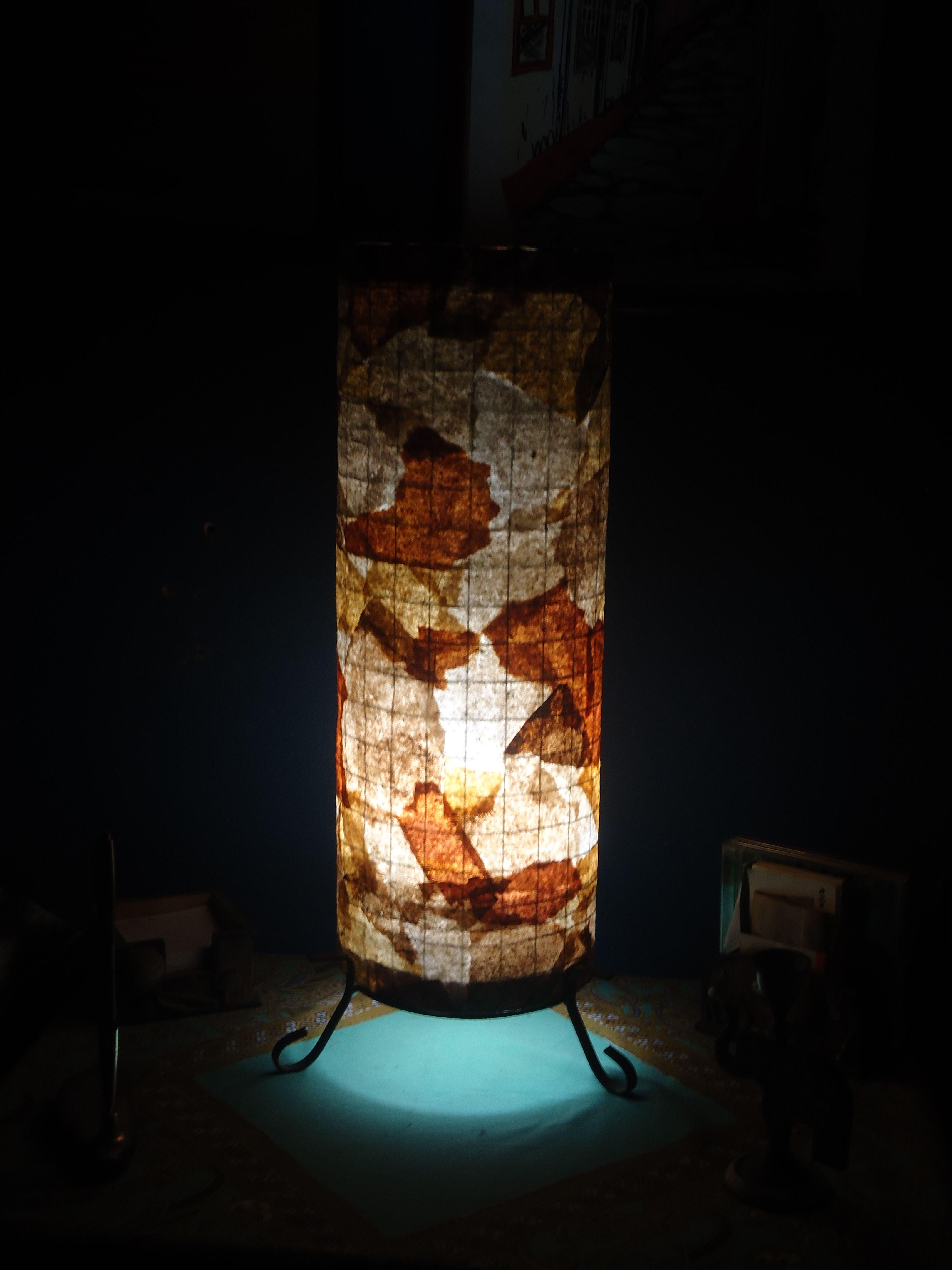 Luminária de mesa. Estrutura em arame e trama de filtros usados de café.