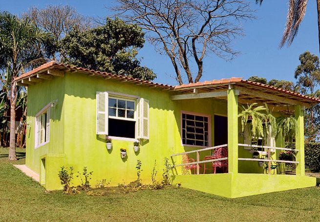 A combinação de cores intensas com estampas imprime personalidade ao banheiro de 3,20 m². Ladrilhos hidráulicos em tons de verde e roxo revestem a caixa de concreto com a cuba de apoio. Projeto da arquiteta Adriana Yazbek