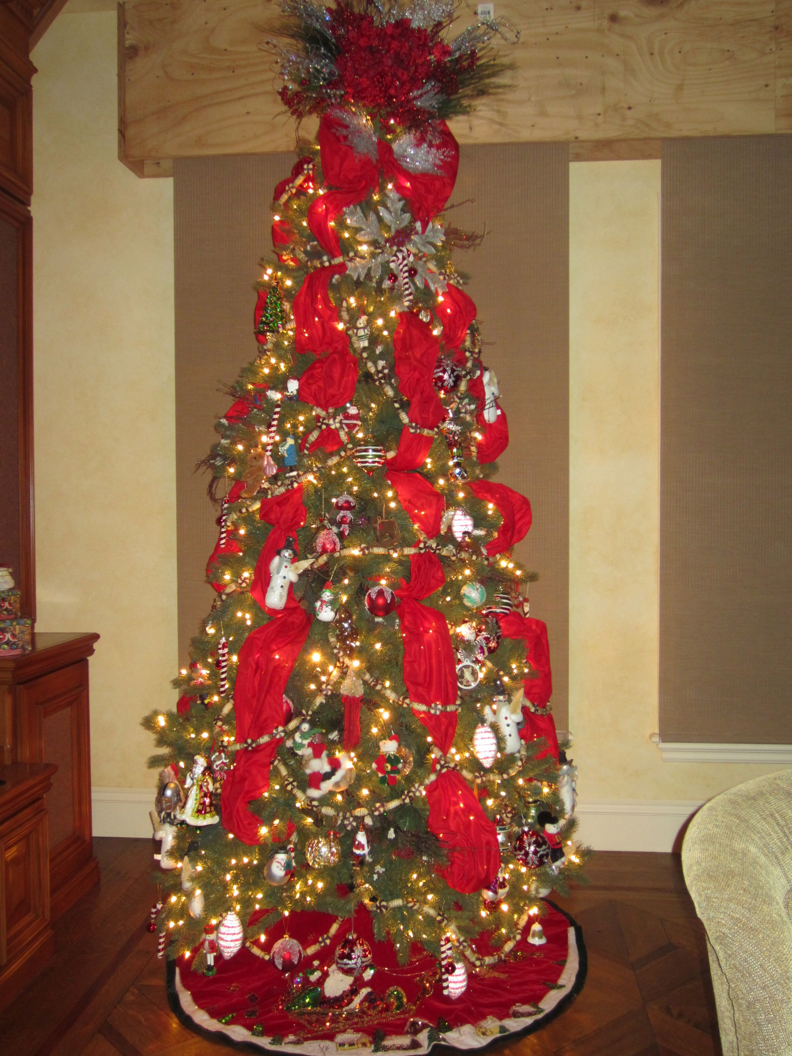 Large Wired Ribbon Running Down The Tree Adds A Huge Splash Of Color Christmas Tree Decorations Christmas Decorations Christmas Tree