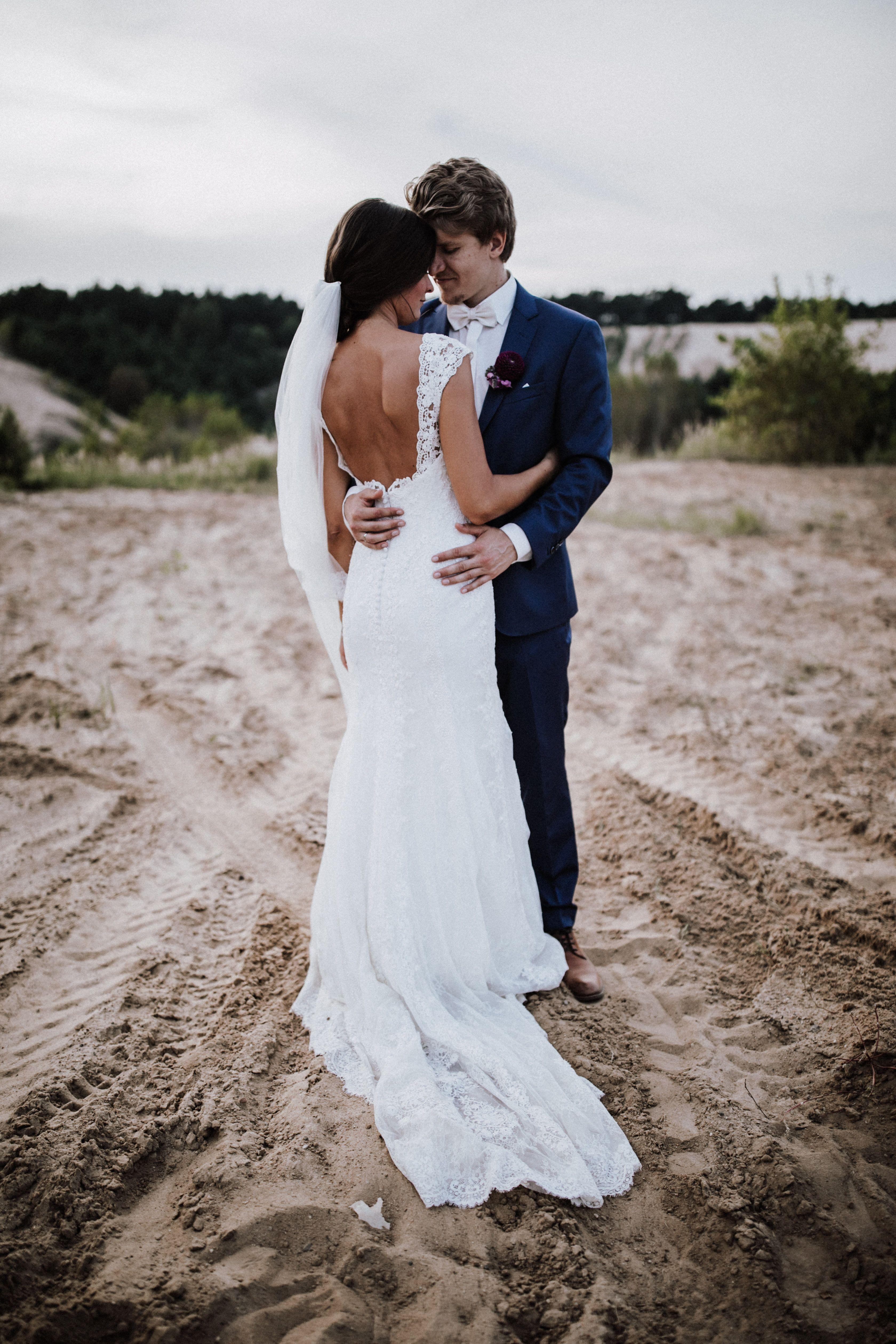 Braut im Brautkleid von Pronovias mit Schleier aus Spitze, Hochzeit ...