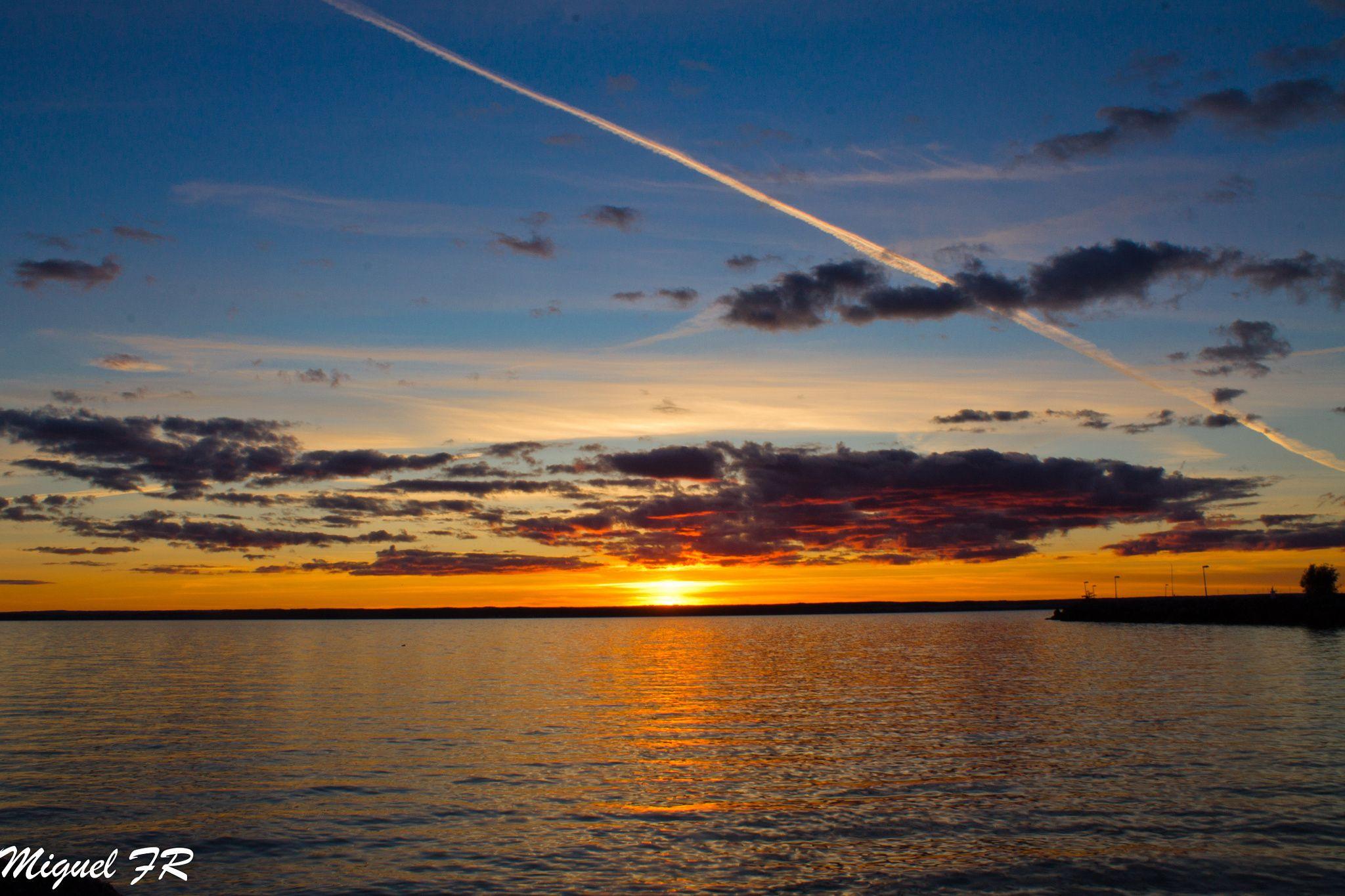 Gränna - Interminable puesta de sol desde el puerto de Gränna en Suecia.
