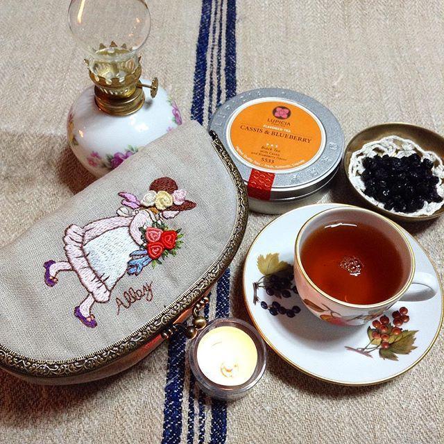 -2016/02/22 장미 부케를 든 소녀 파우치&소잉케이스 좋아하는 동생에게 선물받은 lupicia cassis&blueberry 지금쯤 글쓴다고  머리 뜯고 있을것인데... 아무쪼록 쭉쭉 써내려가길~✨ . . By Alley's home  #embroidery#stitch#stitchbook#stitchembroidery#knitting#crochet#crossstitch#handmade#homemade#homedecor#needlework#antique#blacktea#flower#vintage#pottery#teatime#lupicia#프랑스자수#창원프랑스자수#진해프랑스자수#프랑스자수스티치북#스티치북#홍차#티타임#프랑스자수파우치#티매트#티코지#로얄우스터#햄프린넨