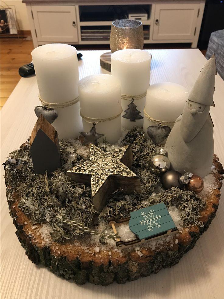 Adventskranz mal anders. Grundlage ist eine Baumscheibe, dekoriert mit kleinen Details. Kerzen mit Band und Anhängern dekoriert. #adventskranzaufbaumscheibe