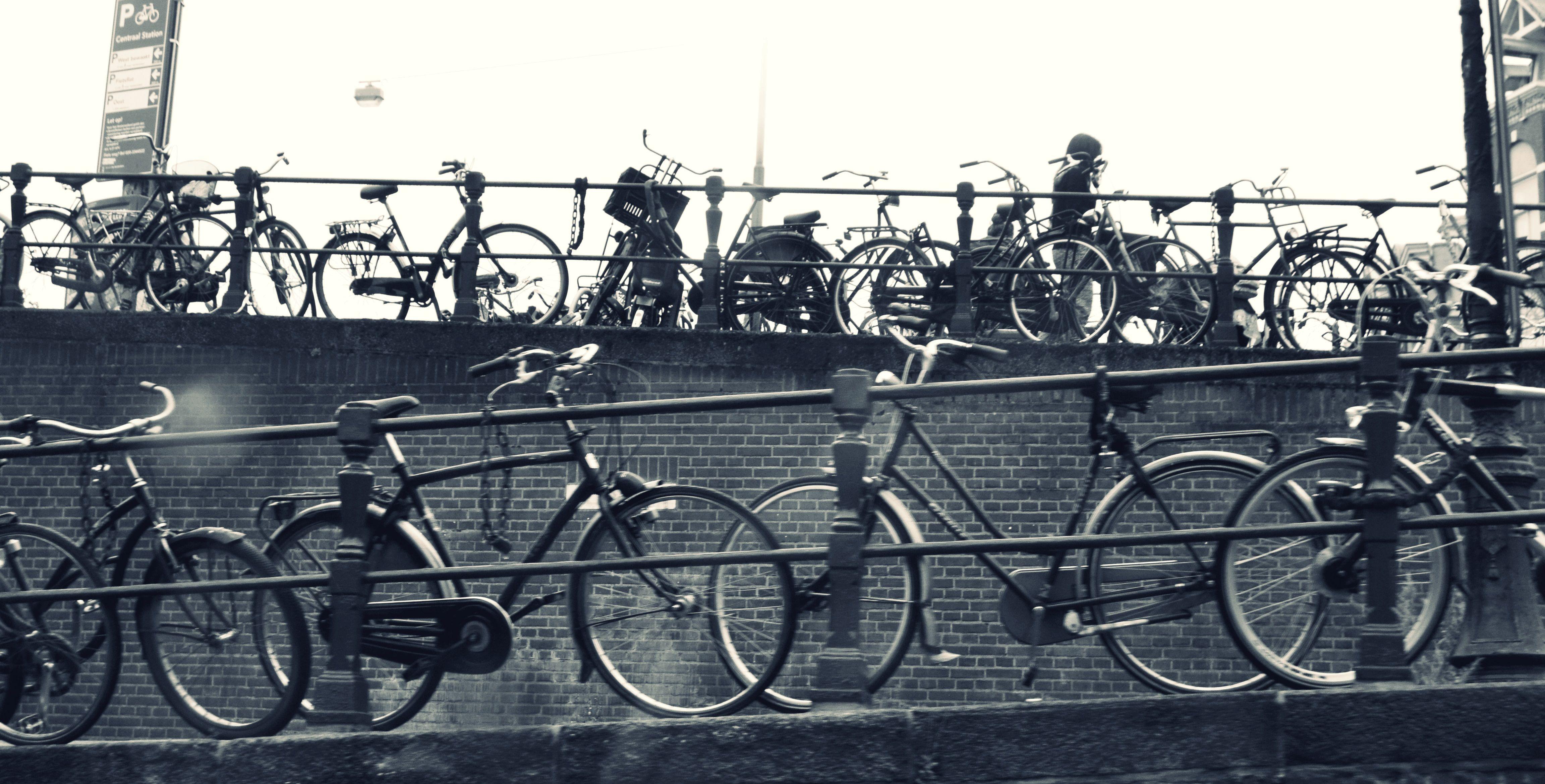 Bicletas aparcadas junto a un canal