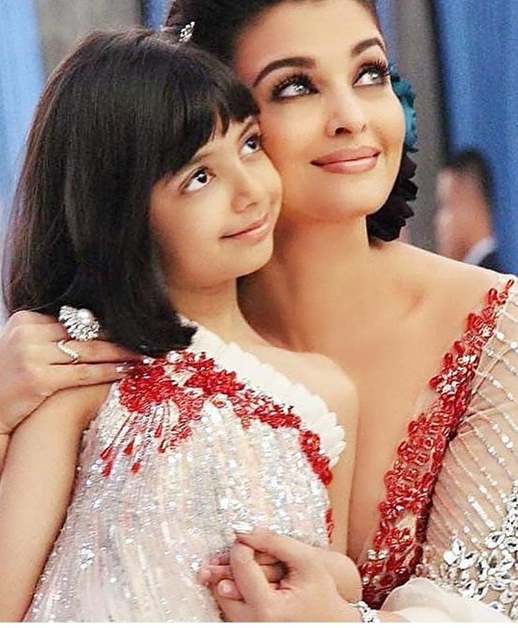 In Pics Aishwarya Gives Flying Kisses To Aaradhya During Ramp