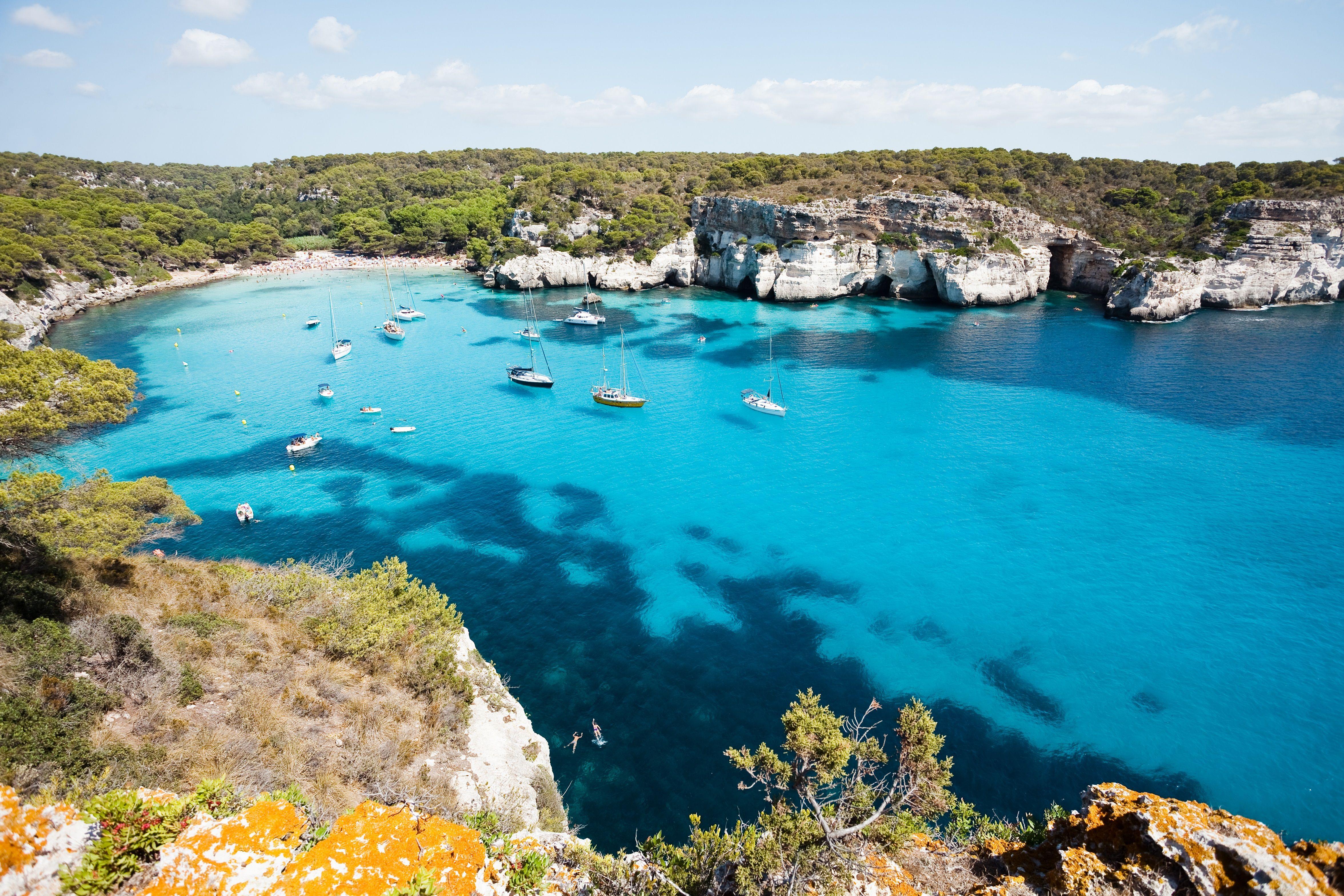 Cala Macarella, na ilha de Menorca (uma das Ilhas Baleares), pertencentes à Espanha.