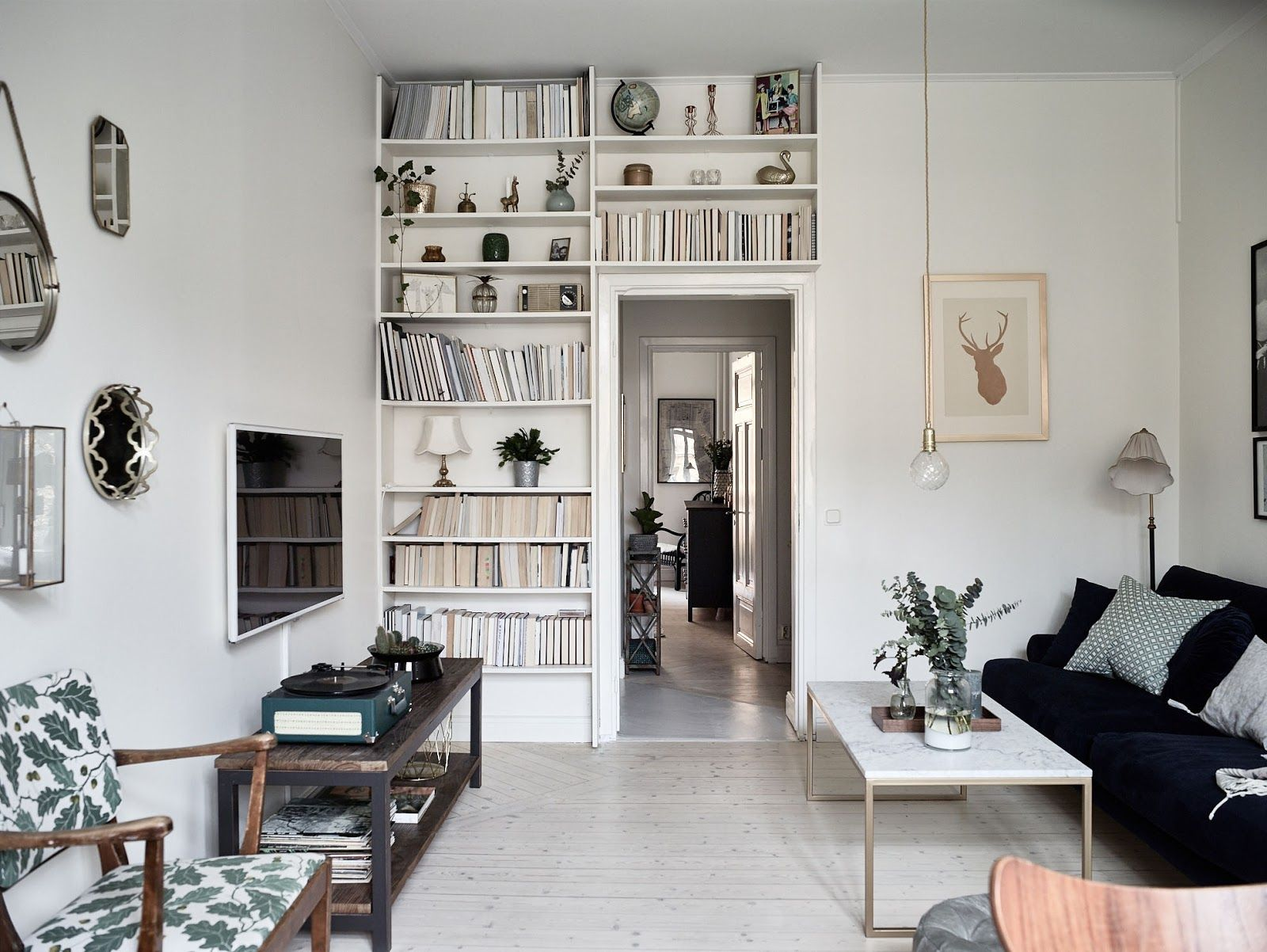 Platsbyggd bokhylla runt dörr – Historiska hem – Husligheter