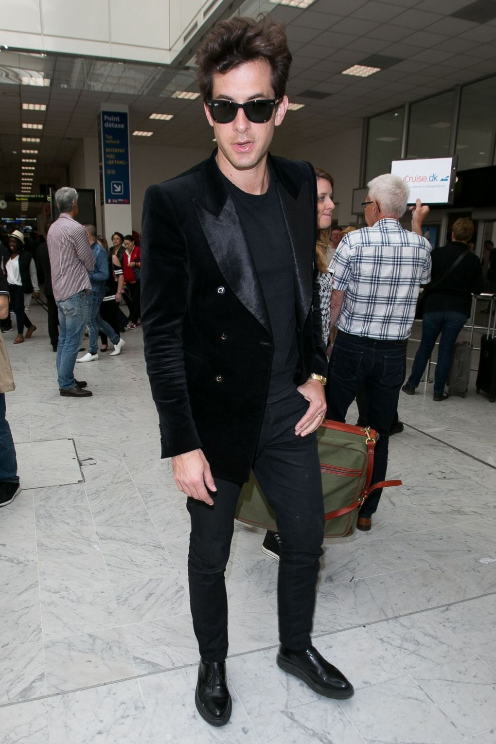 169e4140dab2 Mark Ronson shows you how to do summer-appropriate airport style ...