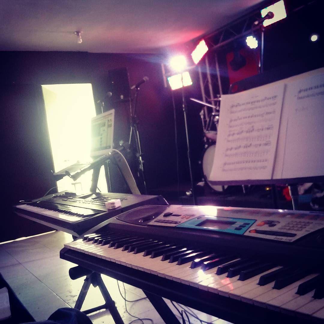 Ensayando desde temprano!! #music #adele #lovemywork #keys #keyboards #strings #rehearsal #sheetmusic by constantinoe99