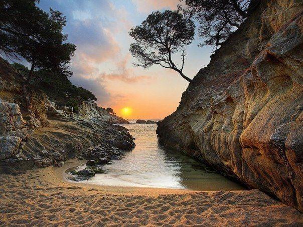 Ласковый закат в бухте на побережье Коста Дорада, Испания