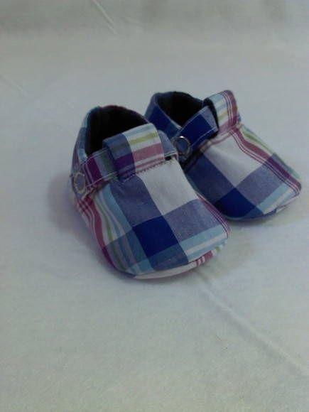 Sapatinho em tricoline xadres , forrado com feltro e botão de pressão O tecido…