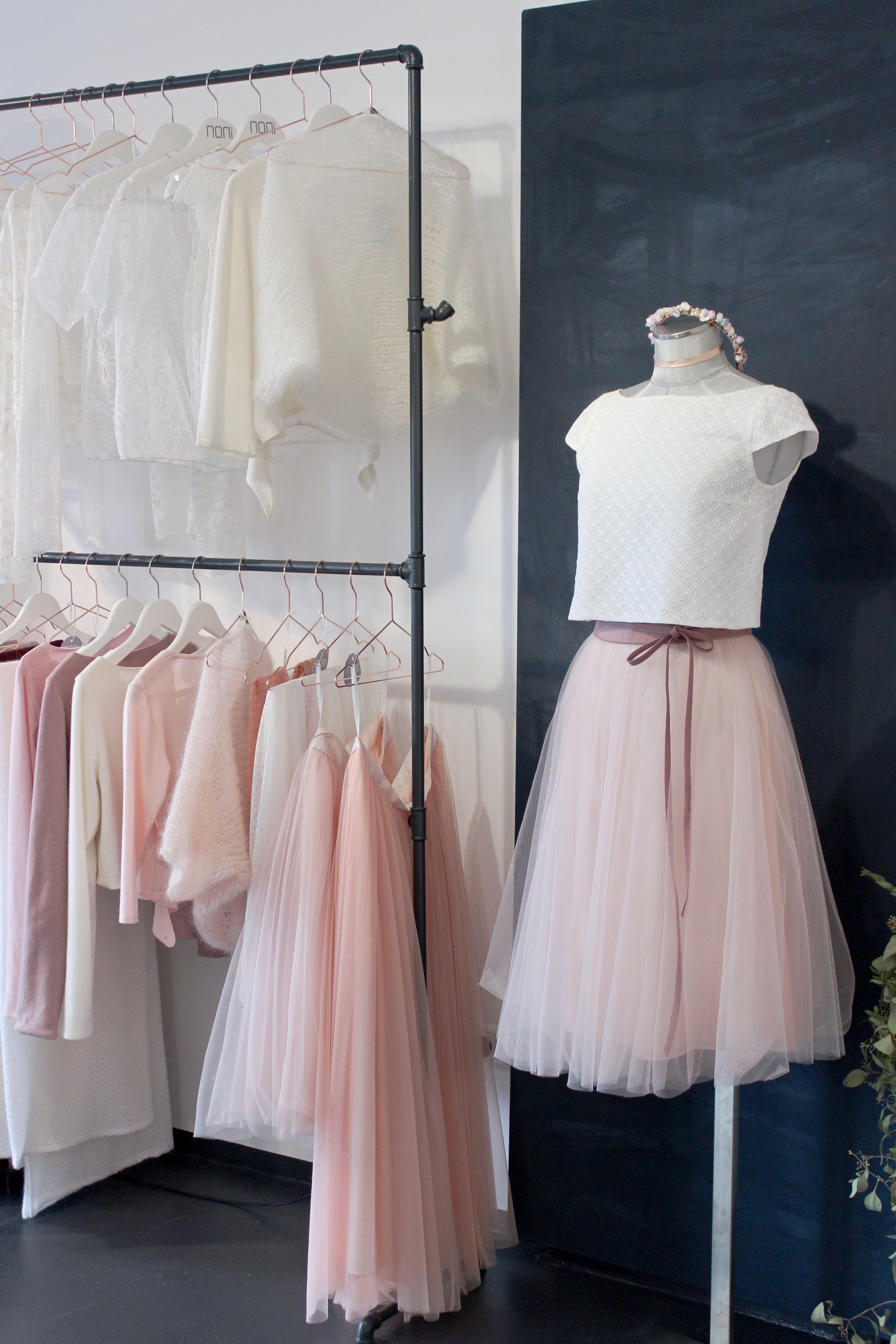 Kurzes Brautkleid mit Tüllrock und Spitzentop, moderne zweiteilige ...