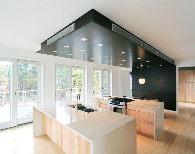 Perfekt Moderne Küche Weiß Hell Freistehende Kücheninsel Dunkles Holz Belüftung  Moderne Küche, Moderne Deckengestaltung, Dunkles