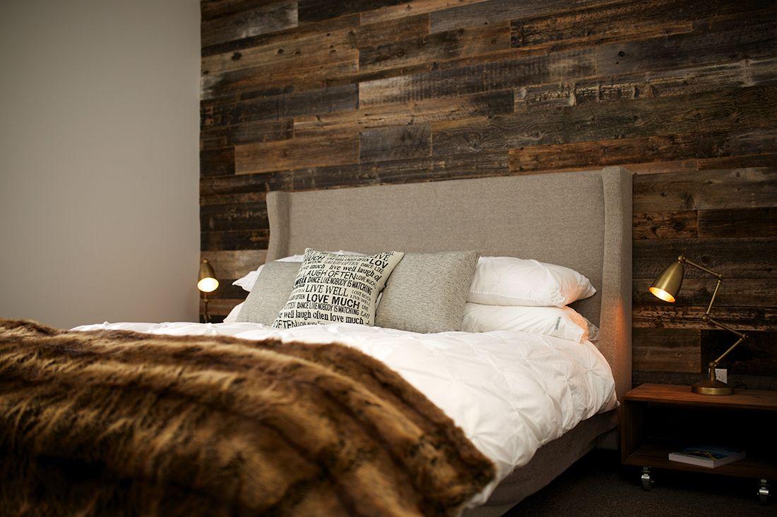 chambre coucher mur bois de grange rev tement muraux. Black Bedroom Furniture Sets. Home Design Ideas