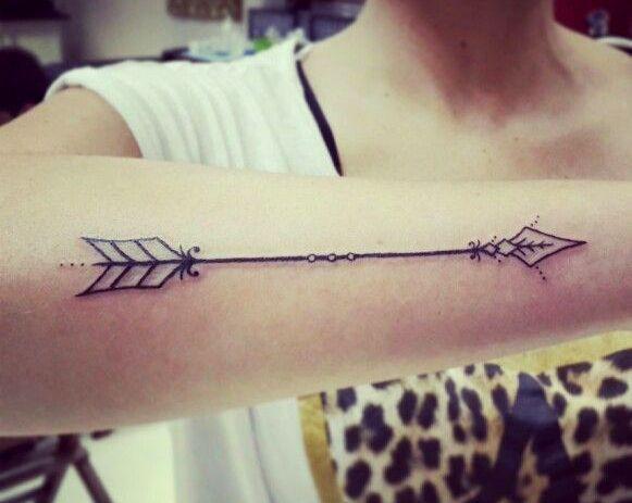 Le tatouage flèche symbolise l\u0027union entre deux êtres mais
