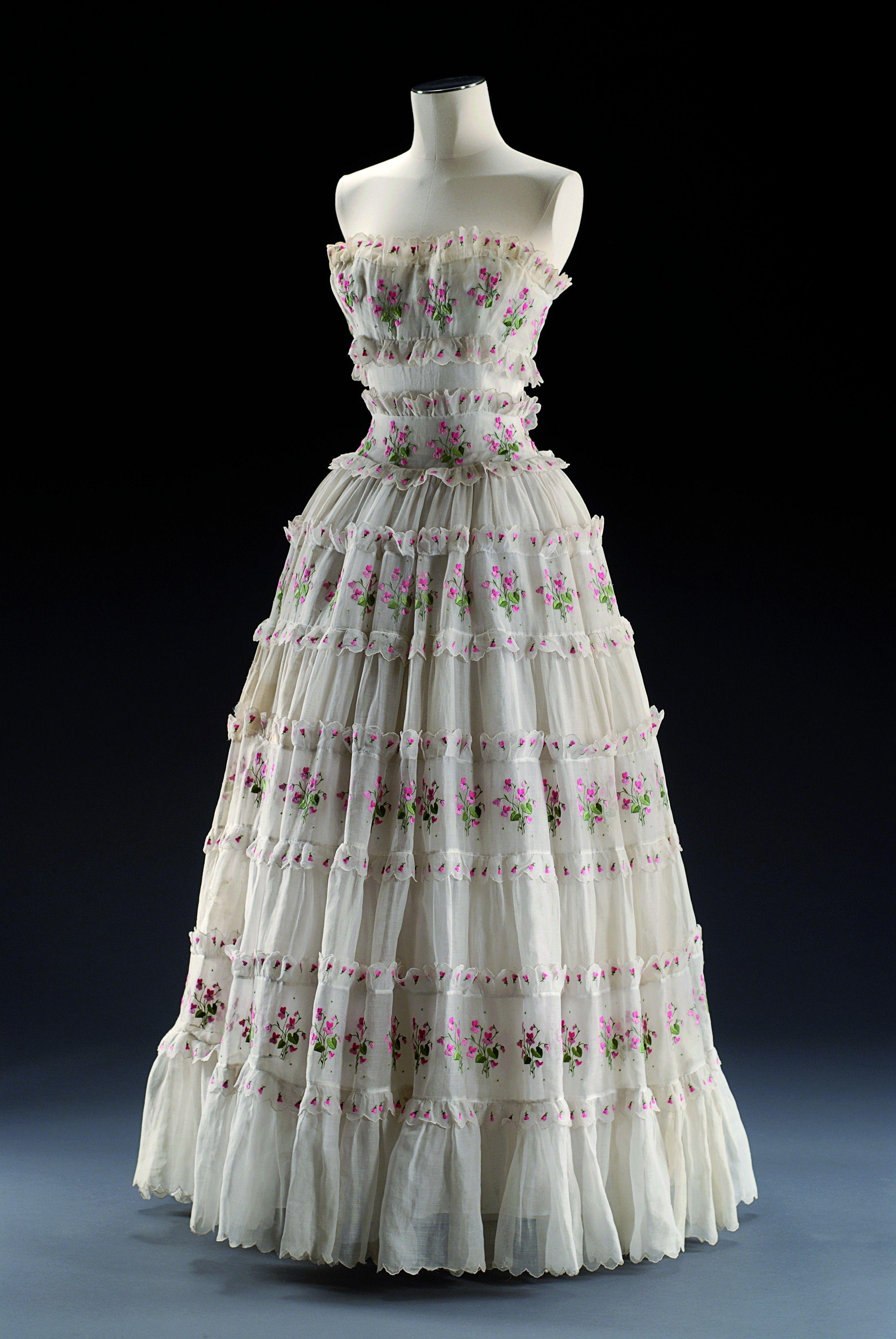 Robe de soir par Christian Dior vers 1953  Musée du Costume et de la Dentelle :Mode au XXe siècle