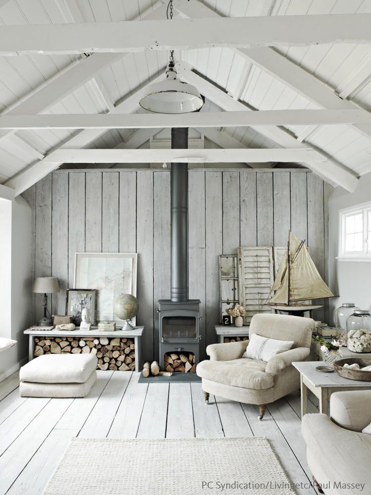 Heller Landhausflair mit freigelegten Dachbalken Skandinavische - skandinavischer landhausstil wohnzimmer