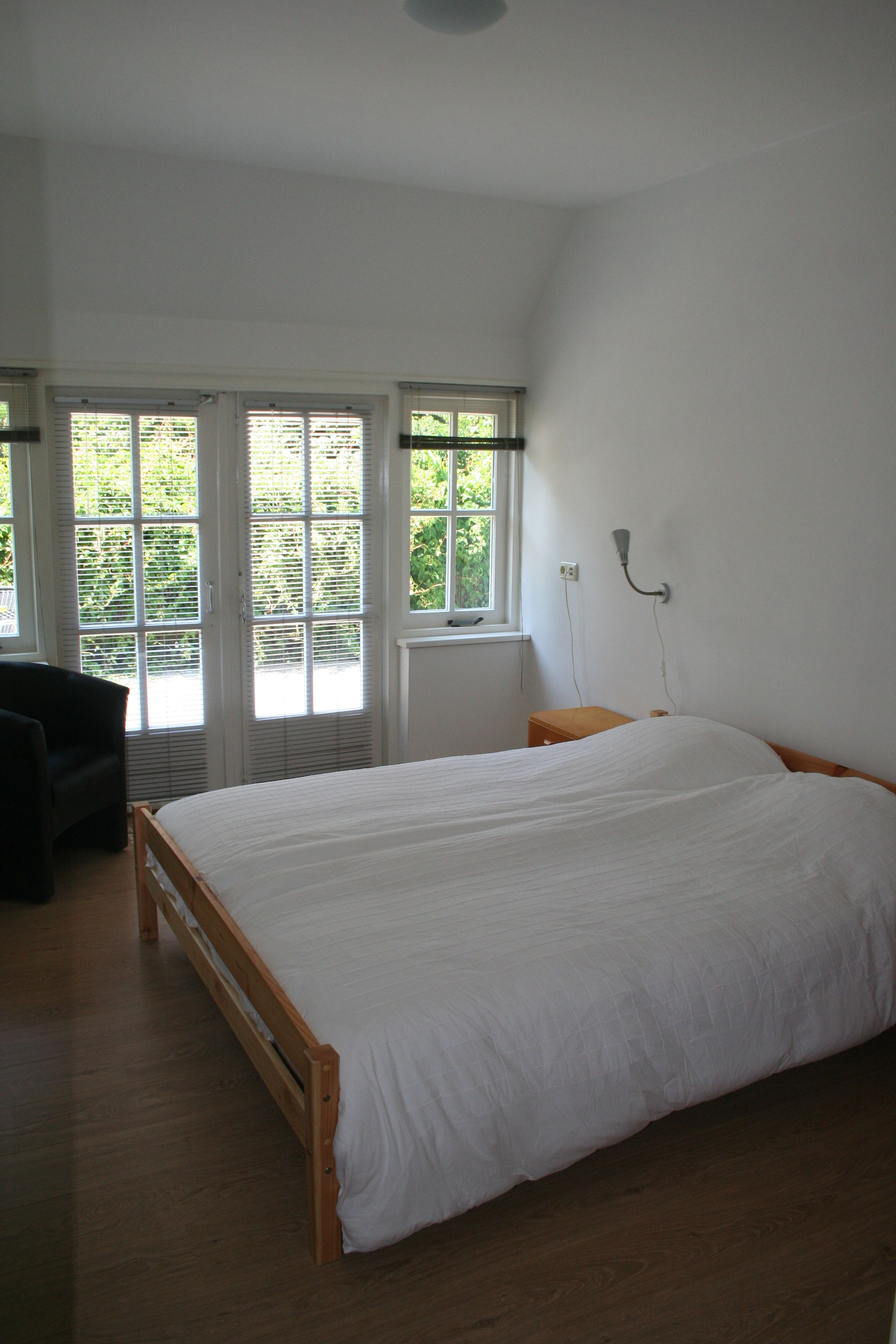 Deuren Voor Slaapkamer.Slaapkamer Met Openslaande Deuren Naar De Tuin Huisje Achterhus
