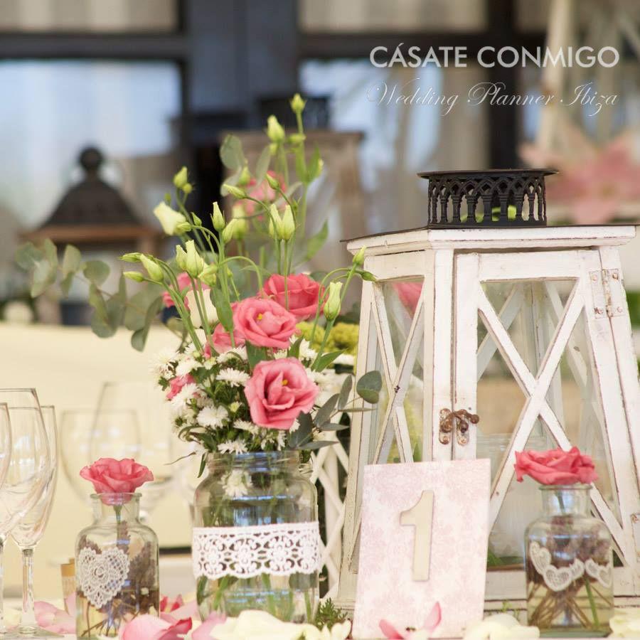 Centro de mesa r stico con faroles de madera y tarros con - Centro de mesa rustico ...