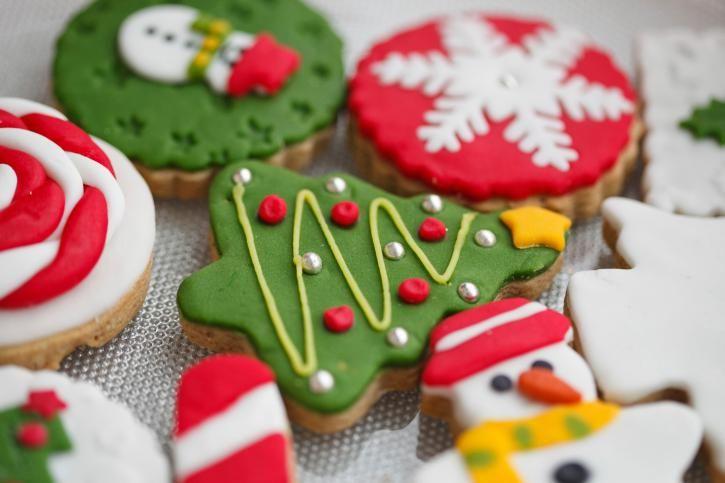 Preparar galletas navideñas es una de las tradiciones más bonitas de esta época. Hoy en ElGranChef te enseñamos algunos métodos de repostería para decoración de galletas navideñas y que queden preciosas en tu mesa de Navidad. Ingredientes: Receta de ga