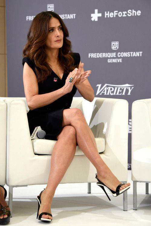 Salma Hayek schöne gekreuzten Beinen in einem kurzen Kleid und sexy ...
