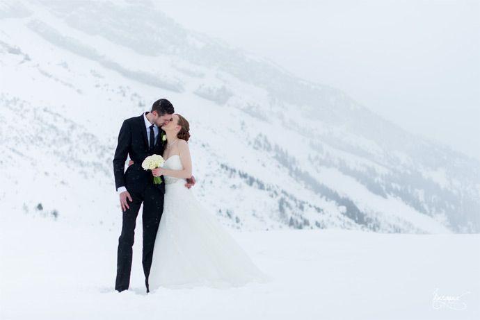 Mariage d'Aurélie & Damien en Haute-Savoie   Crédits: Margaux Graphy    Donne-moi ta main - Blog mariage mariage --- #married #mariés #snow #neige #winter #montagne #HauteSavoie #RhôneAlpes #mariage #wedding
