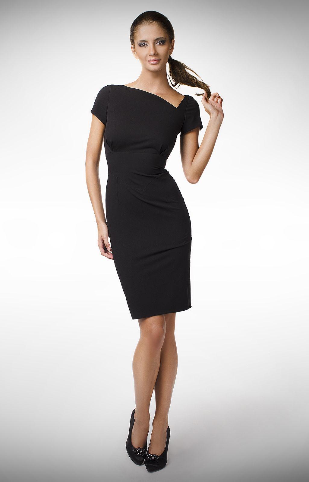 3deb8245fb0 Soyez la reine de la soirée avec cette robe fourreau au décolleté  asymétrique original.