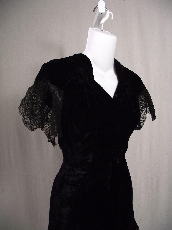 1940s Black Dress Vintage Dress Black Velvet 1940s Xs Etsy Vintage Black Dress Vintage Dresses Vintage Inspired Outfits [ 1500 x 1125 Pixel ]